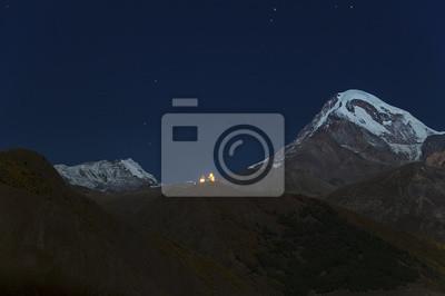 Kościół Cminda Sameba na TLE szczytu Kazbek nocą.
