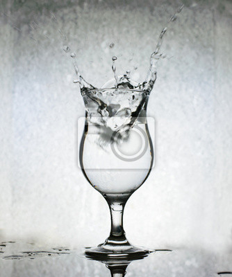 Kostki lodu rozpryskiwania w szklance wody, martwa natura, Grunge Powrót