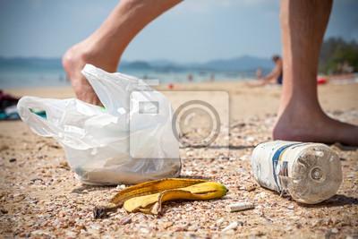 Kosz na śmieci na plaży w lewo przez turystów, con zanieczyszczenie środowiska