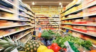 Koszyk z jedzeniem warzyw owoców w supermarkecie