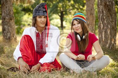 Kozak w krajowych ukraiński strój i dziewczyny nowoczesnej.