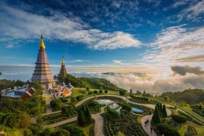 Krajobraz z dwóch pagoda na szczycie góry Inthanon, Chiang