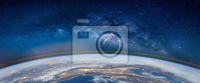 Obraz Krajobraz z galaktyką Drogi Mlecznej. Ziemia i Aurora widok z kosmosu z galaktyki Drogi Mlecznej. (Elementy tego zdjęcia dostarczone przez NASA)