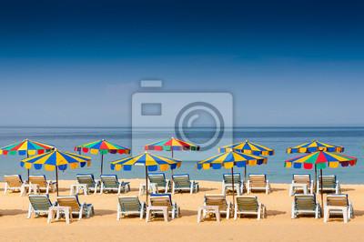 Krzesło plaża i kolorowe parasol na plaży