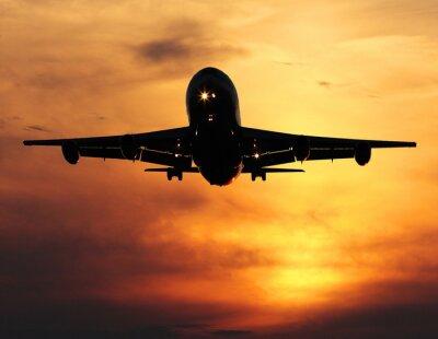 Obraz lądowania samolot o zachodzie słońca, zbliżenie