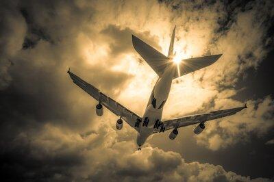 Obraz lądowania samolot pasażerski przez chmury złote