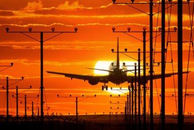 Obraz Lądowanie samolotu Jet lub wychodzących z lotniska na zachód słońca
