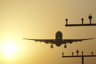 Obraz lądowanie samolotu na lotnisku we Frankfurcie o wschodzie słońca