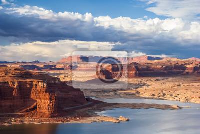 Lake Powell i Colorado River w Glen Canyon National Recreation Area, podczas zachodu słońca