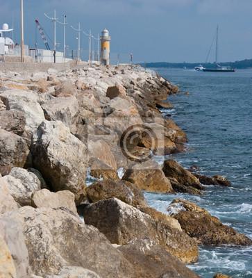 Latarnia morska na skałach