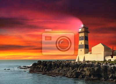 Latarnia morska na zachodzie słońca, fioletowy morski.