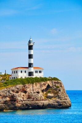 Latarnia morska Portocolom na klifie, Mallorca, Hiszpania.
