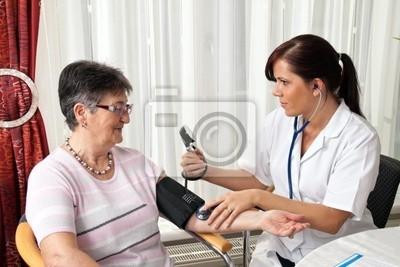 Lekarz mierzy ciśnienie krwi pacjenta