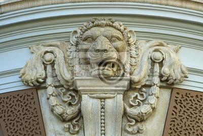 Lew Stone twarzy / Stone twarz lwa dekoracji na ścianie Grand Palace, Wat Prakeaw, Tajlandia.