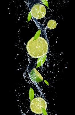 Obraz Limes w plusk wody, samodzielnie na czarnym tle