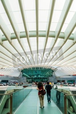 LISBON PORTUGALIA, SIERPIEŃ, - 10, 2017: Widok Od gare robi Oriente W kierunku Vasco Da Gama centrum handlowego centrum handlowego (Lisbon Oriente stacja).