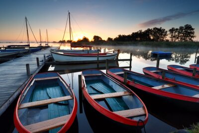 Obraz Łodzie i jachty na jeziorze o wschodzie słońca
