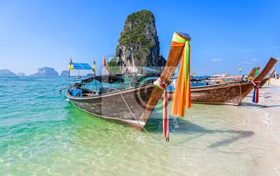 Łodzie na plaży w Tajlandii.