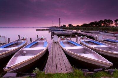 Obraz łodzie przez molo na jeziorze raj spada na wschodzie