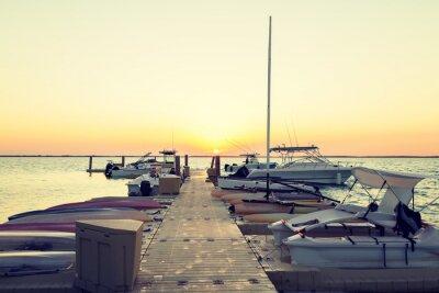 Obraz Łodzie zacumowane na molo o zachodzie słońca