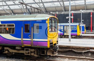 Lokalne pociągi na stacji kolejowej Liverpool Lime Street - Anglia
