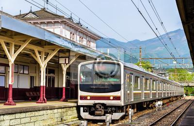 Lokalny pociąg na stacji kolejowej Nikko - Japonia