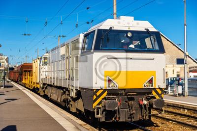 Lokomotywa ciągnąc pociąg towarowy na stacji Besançon -