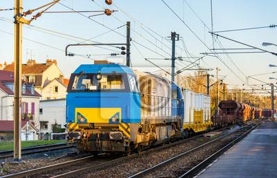 Lokomotywa ciągnąc pociąg towarowy na stacji Montbéliard