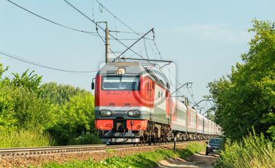 Lokomotywa elektryczna z pociągiem pasażerskim w Rosji