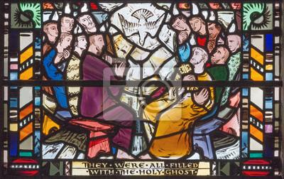 Obraz LONDYN WIELKI BRYTANIA, WRZESIEŃ, - 16, 2017: Scena Pentecost na witrażu w kościelnym St Etheldreda Charles Blakeman (1953 - 1953).
