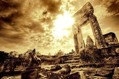 Obraz Lone stojących drzwi w opuszczonych ruinach świątyni