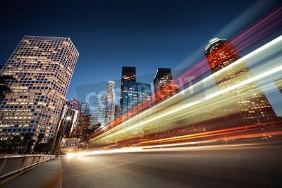 Obraz Los Angeles w nocy. Długa ekspozycja strzał rozmytych magistrali przyspieszania za pośrednictwem nocy ulicy.