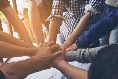 Obraz Ludzi biznesu łączą się razem podczas spotkania