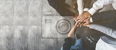 Obraz Ludzie biznesu, łącząc ręce, widok z góry