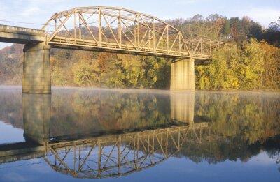 Obraz Łukowy most i jesienne drzewa odbite w rzece, Tennessee