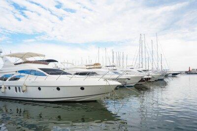 Obraz luksusowe jachty zaparkowane w zatoce na morzu