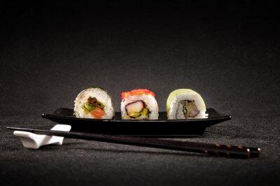 Obraz Luksusowy sushi na czarnym tle - Kuchnia japońska