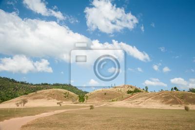 Łysa góra i góra trawa z błękitne niebo w prowincji Ranong, Tajlandia.