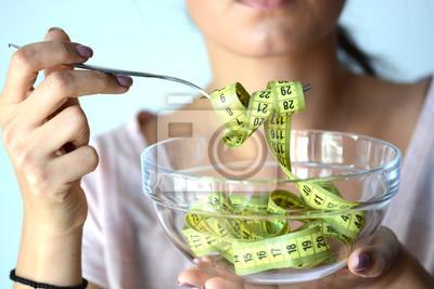 Obraz M? Oda kobieta na diecie jedzenia? Ó? Tej ta? M? Pomiaru z przezroczystego miska