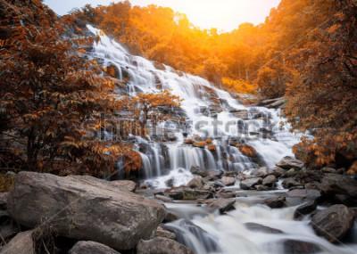 Obraz Mae Yah siklawa, piękna siklawa w jesień lesie, Chiang Mai prowincja, Tajlandia