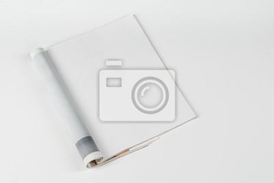 Obraz Magazyn makiety lub katalog na białym stole. Pusta strona lub notatnik na neutralnym tle. Pusta strona lub notatnik do mockupów lub symulacji.