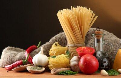 Obraz Makaron spaghetti, warzywa i przyprawy,