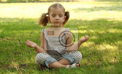 mała dziewczyna medytacji w parku