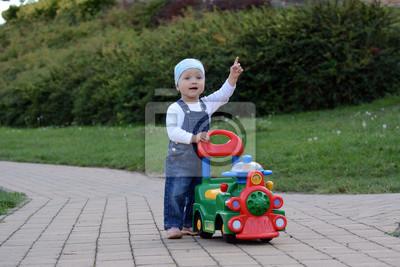 Małe dziecko na trawie lub chodnik