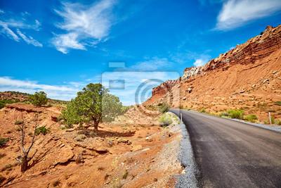 Malownicza droga w Capitol Reef parku narodowym, retro styl tonujący obrazek, Utah, usa.