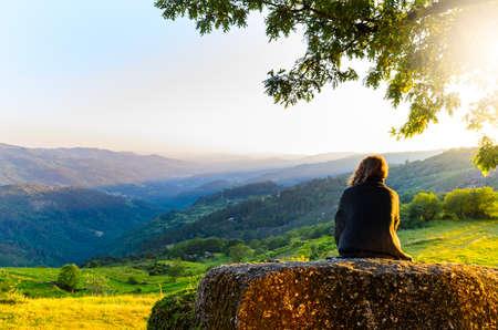 Obraz malownicze widok kobiety oglądania w górach słońca, Peneda-Geres National Park, północnej Portugalii.