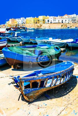 Malowniczy port Gallipoli, widok z starymi łodziami, Puglia, Włochy