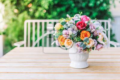Obraz Mały kwiatek doniczkowy wystawiony w kawiarni.
