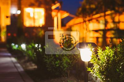 Obraz Mały Słoneczne Ogród światła, Latarnia W Kwiat łóżko. Projektowanie Ogrodów.