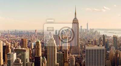 Obraz Manhattan Midtown Skyline z oświetlone drapacze chmur o zachodzie słońca. NYC, USA